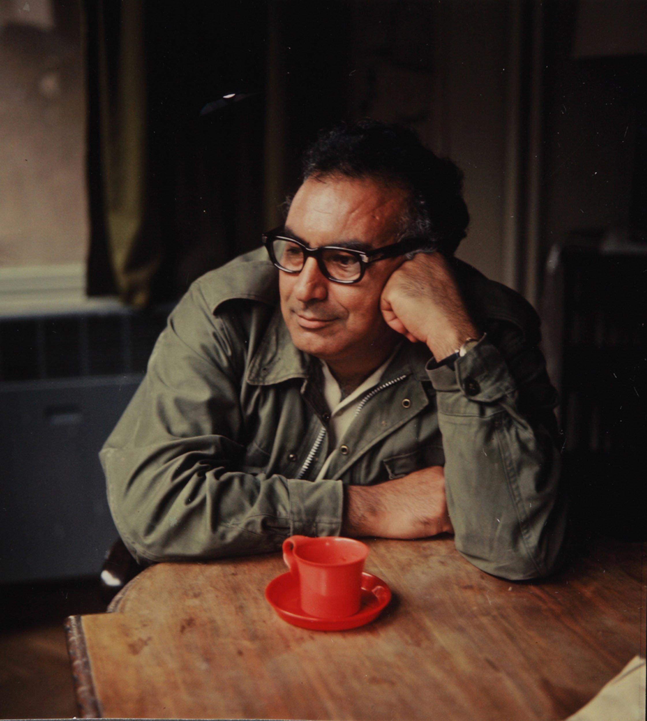 Turkish writer Yaşar Kemal looks into the distance. (Archive Photo)