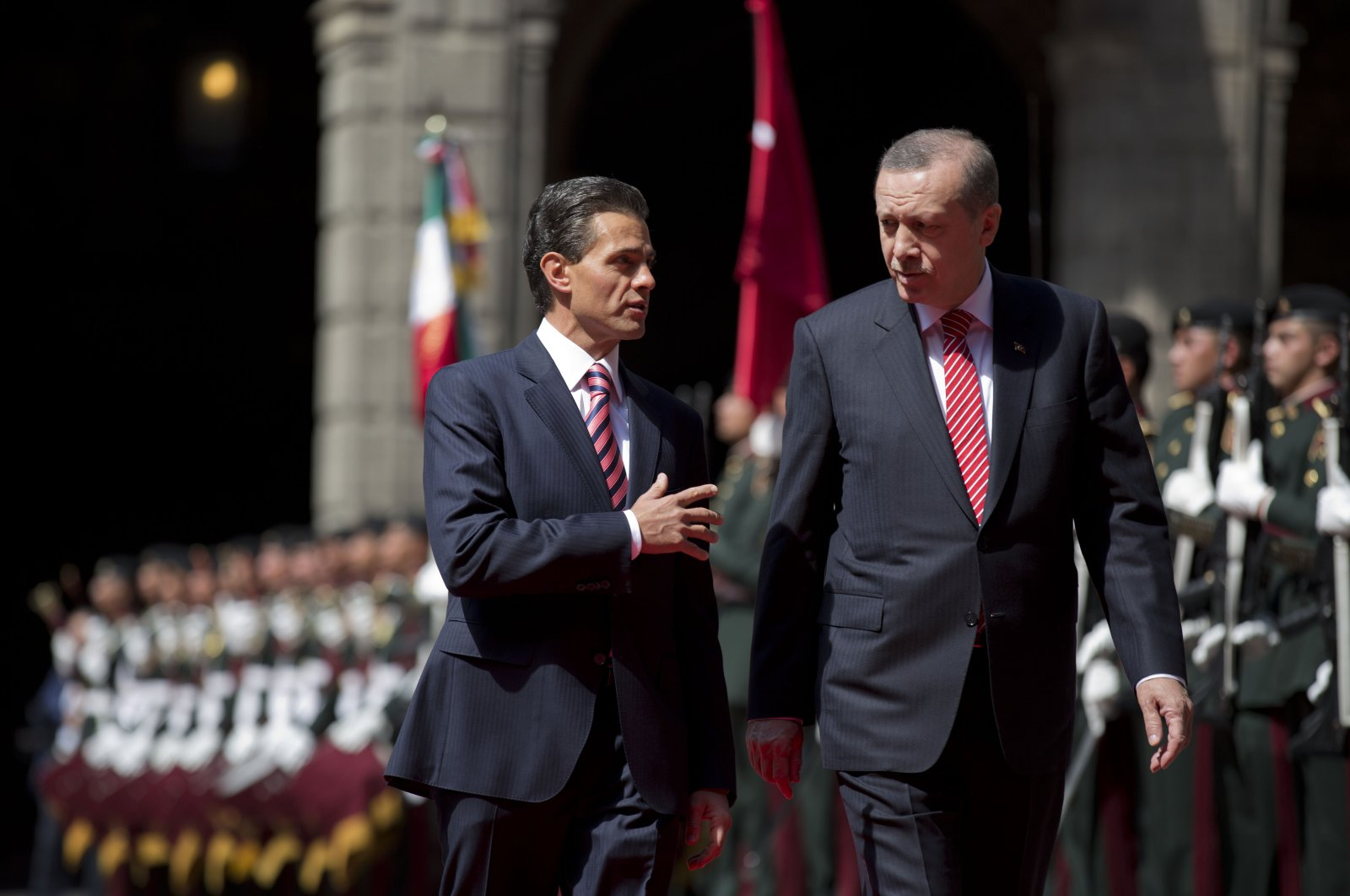 Mexican President Enrique Pena Nieto (L) speaks with Turkish President Recep Tayyip Erdoğan as they walk past an honor guard during a welcome ceremony at the National Palace in Mexico City, Mexico, Feb. 12, 2015. (AP File Photo)