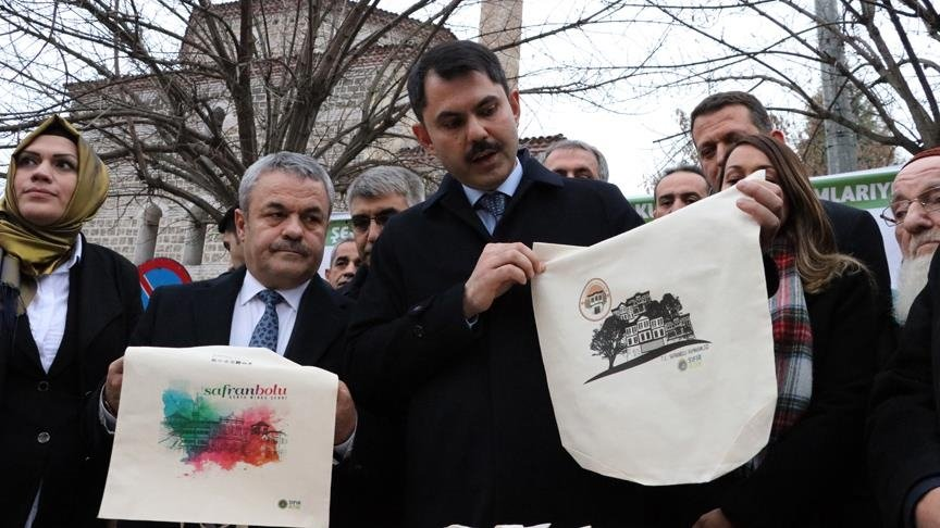 Minister of Environment and Urban Planning Murat Kurum delivers canvas bags to locals in Karabük, northern Turkey, Jan. 5, 2019. (AA PHOTO)