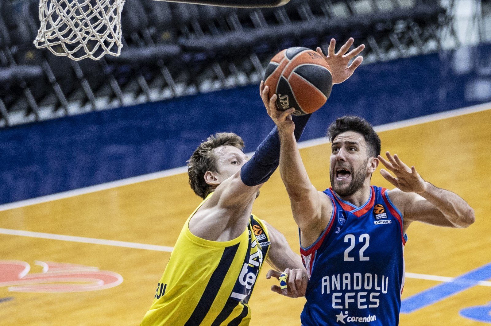 Fenerbahçe Beko's Jan Vesely (L) tries to block Anadolu Efes' Vasilije Micic (R) in THY EuroLeague match at the Ülker Sports and Event Hall, Istanbul, Turkey, Feb. 26, 2021. (AA Photo)