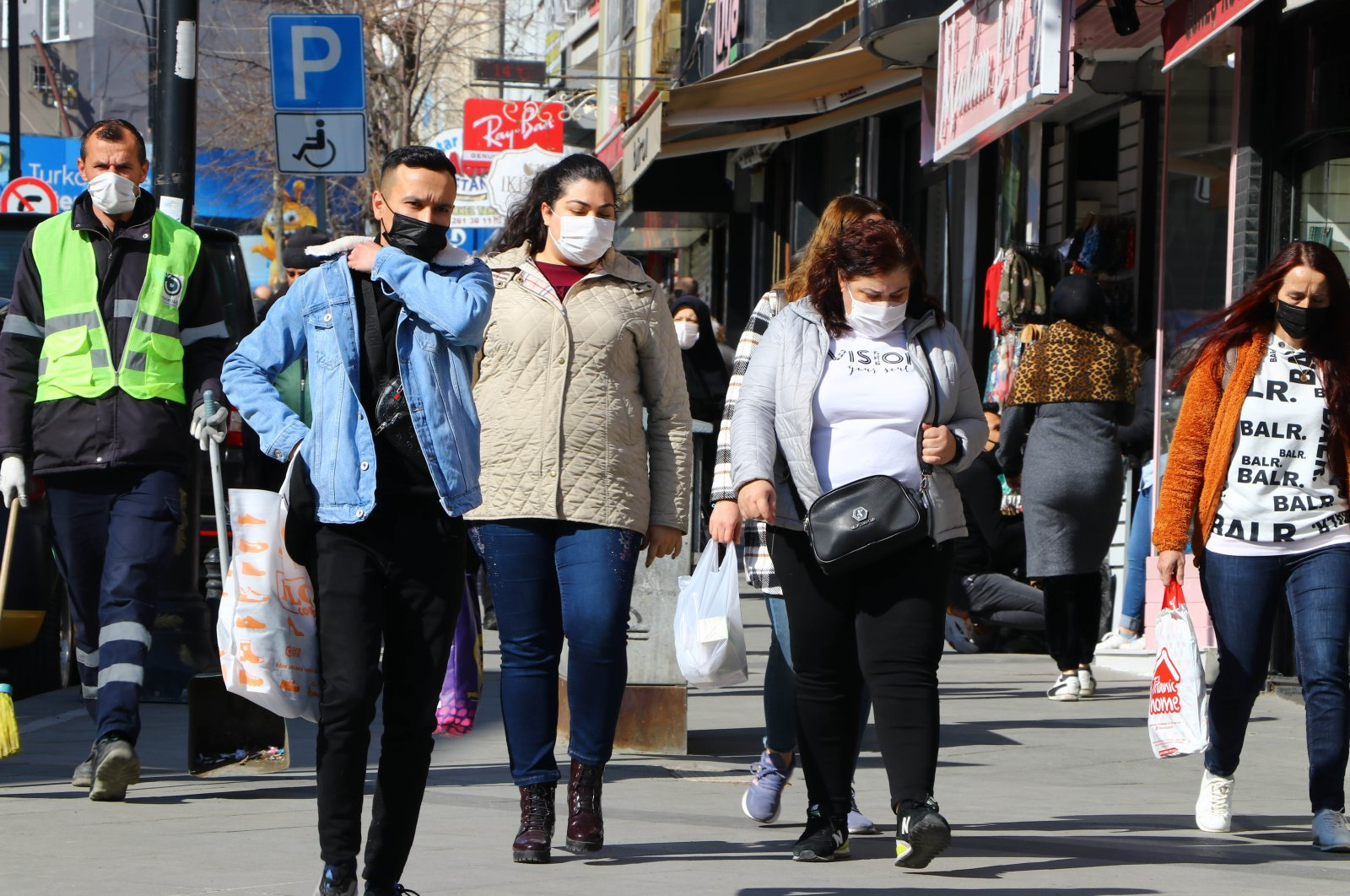 People wearing protective masks walk on a street in Tekirdağ, northwestern Turkey, March 1, 2021. (AA PHOTO)
