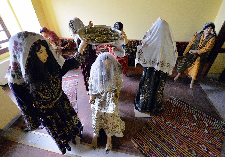 24 Şubat 2021 Türkiye'nin kuzeyindeki Safran kentindeki Karabağ'daki şehir tarihi müzesinde geleneksel kostümlü mankenler.  (AA FOTOĞRAF)
