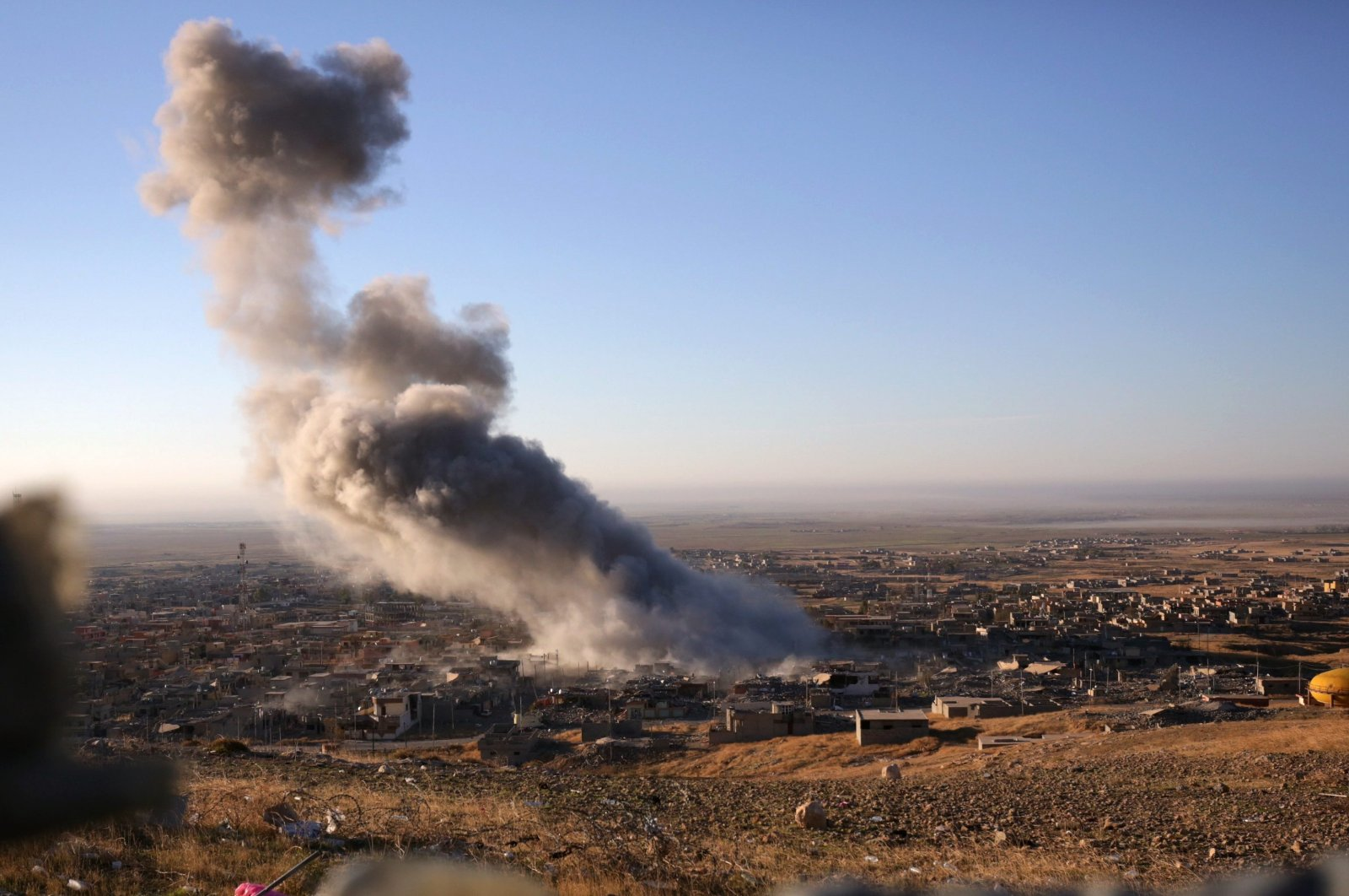 Smoke believed to be from airstrike billows over the northern Iraqi town of Sinjar Nov. 12, 2015. (AP File Photo)