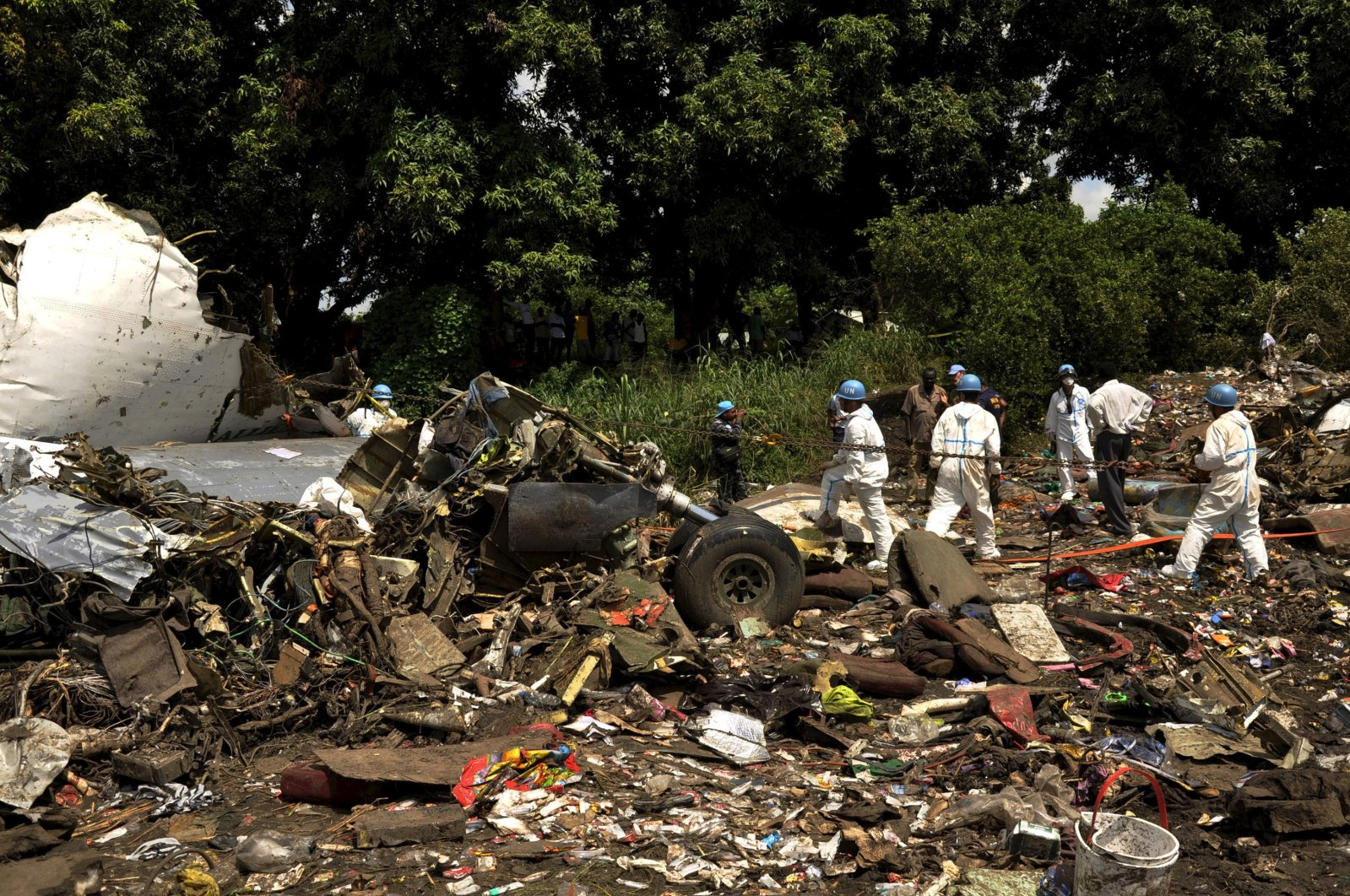 United Nations aviation experts investigate the wreckage of a cargo airplane that crashed after take off near Juba Airport in South Sudan on Nov. 5, 2015. (Reuters File Photo)