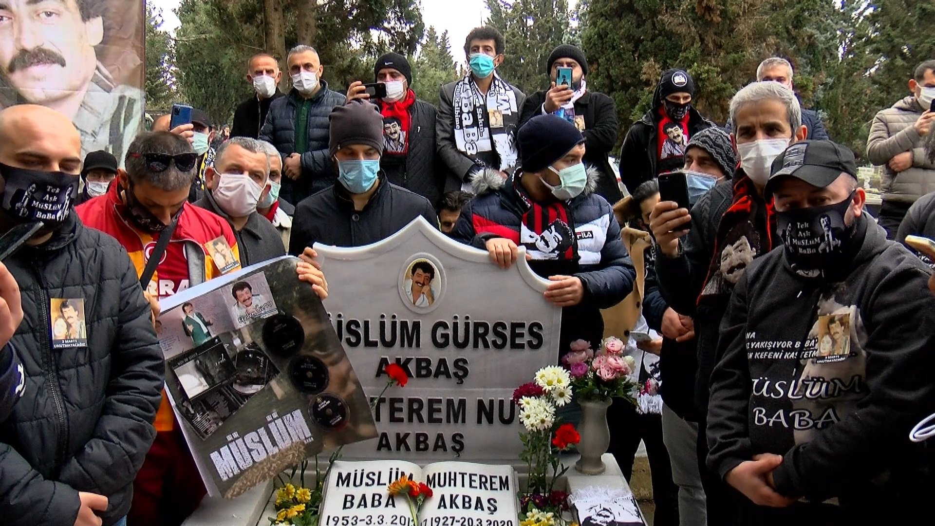 Fans of Müslüm Gürses commemorate the singer at his grave in Zincirlikuyu Cemetery, Istanbul, Turkey, March 3, 2021. (DHA PHOTO)
