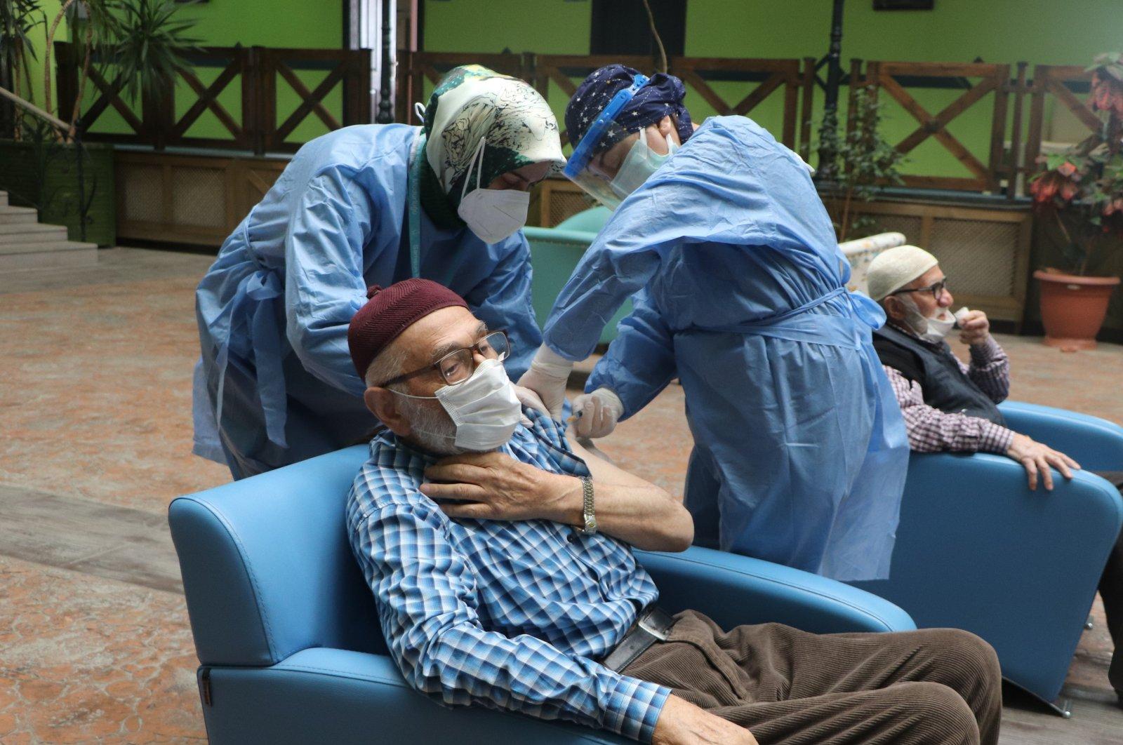An elderly man gets COVID-19 jab at a nursing home in Samsun, northern Turkey, Feb. 22, 2021. (İHA PHOTO)