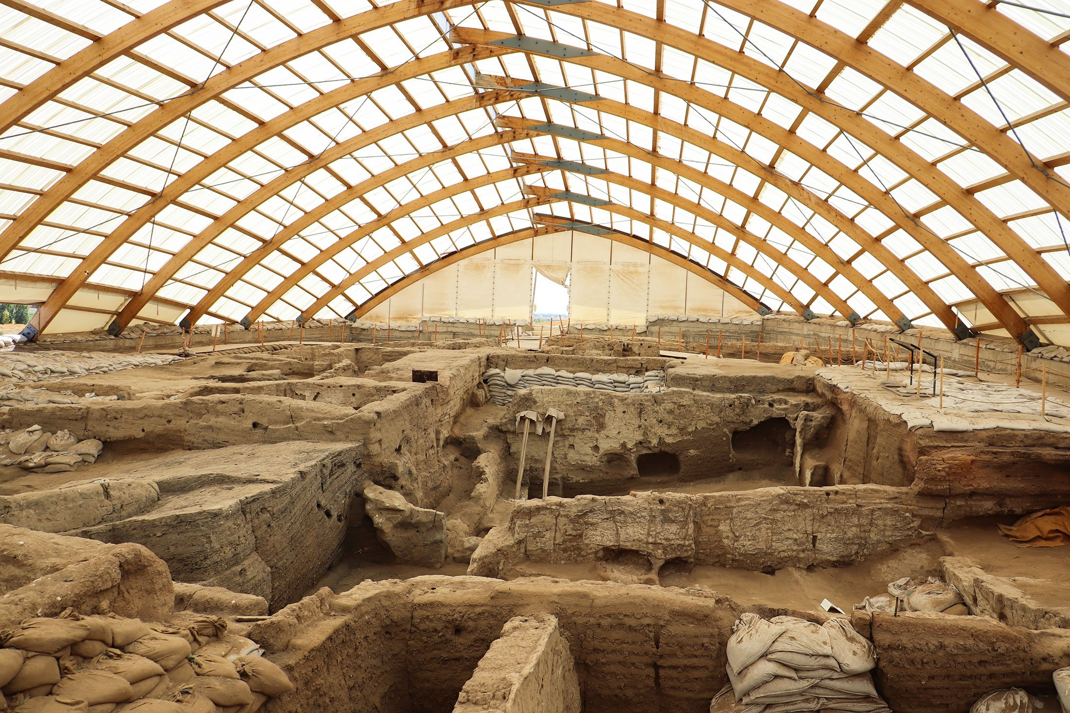A view of the ancient city of Çatalhöyük and archaeological excavations. (Shutterstock Photo)