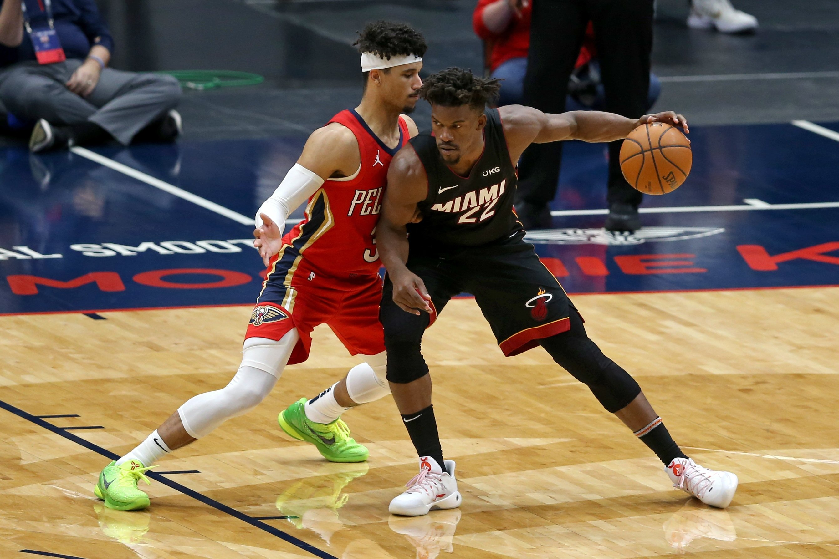 New Orleans Pelicans guard Josh Hart (L) defends Miami Heat forward Jimmy Butler in an NBA game at the Smoothie King Center, Mar 4, 2021. (Reuters Photo)