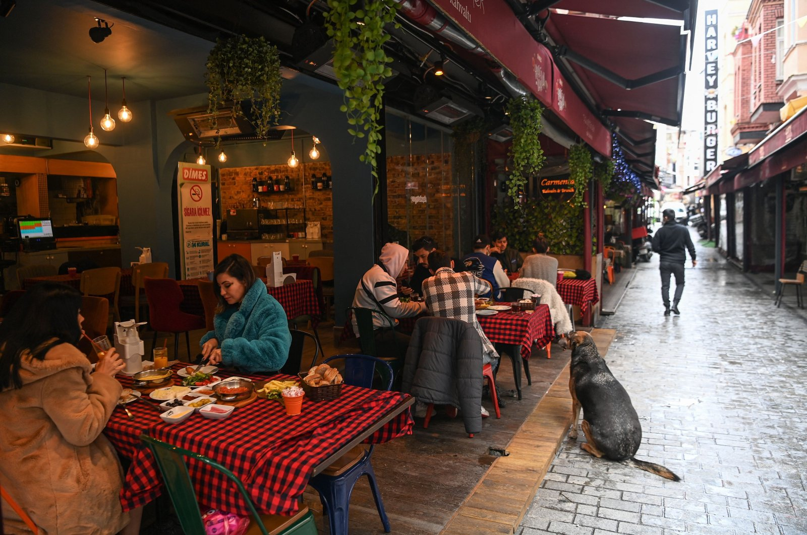 Customers eat at a restaurant in the Beşiktaş district of Istanbul, Turkey, March 2, 2021. (AFP Photo)