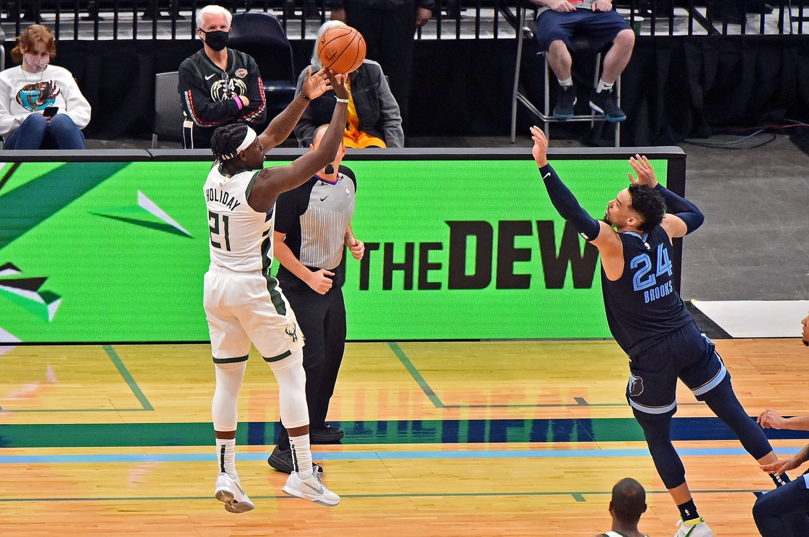 Milwaukee Bucks' Jrue Holiday (L) shoots the game-winning shot against Memphis Grizzlies' Dillon Brooks in an NBA game at FedExForum Memphis, Tennessee, March 04, 2021. (AFP Photo)