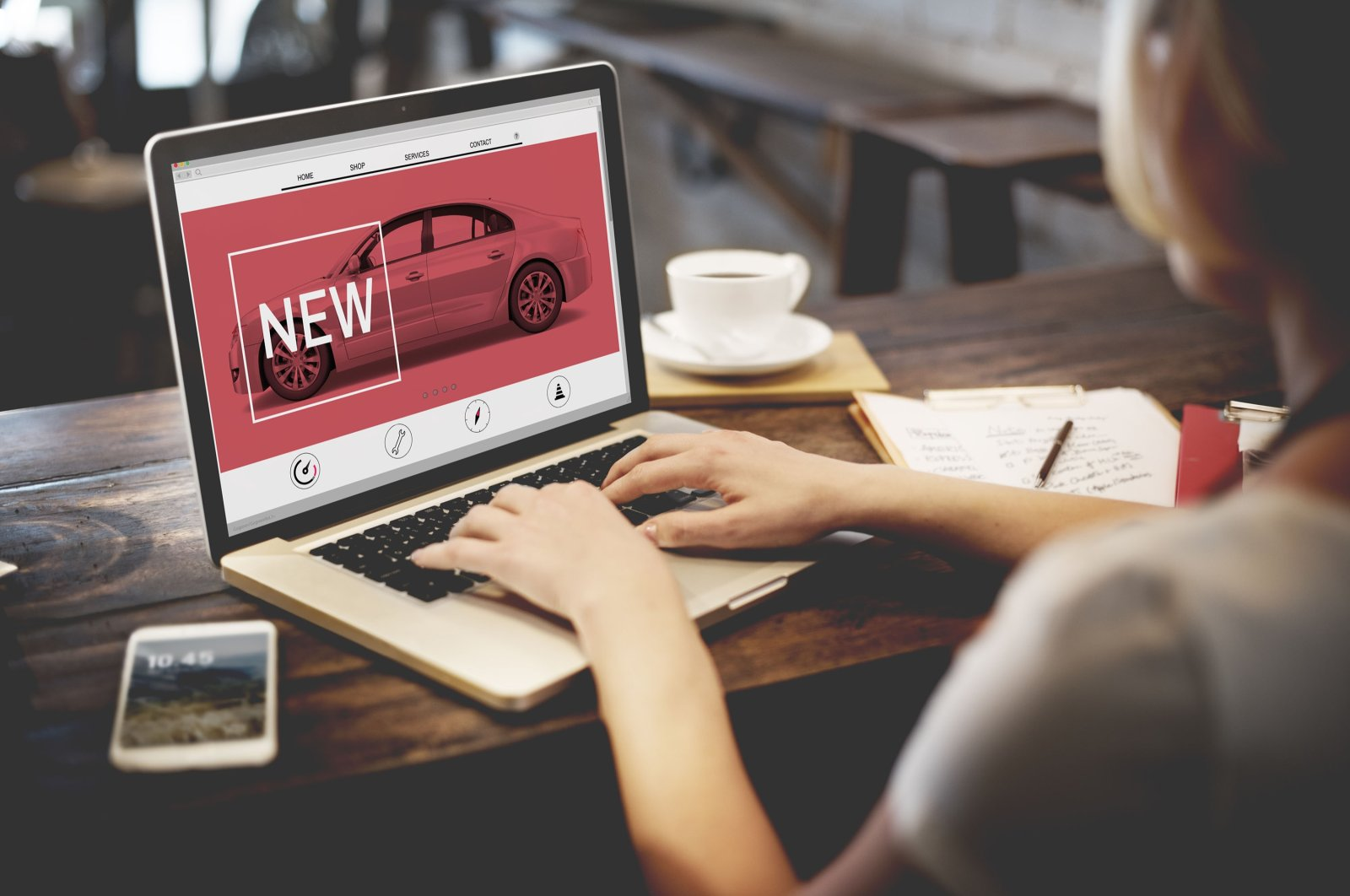 A woman is shown a car advertisement on a computer. (Shutterstock photo)