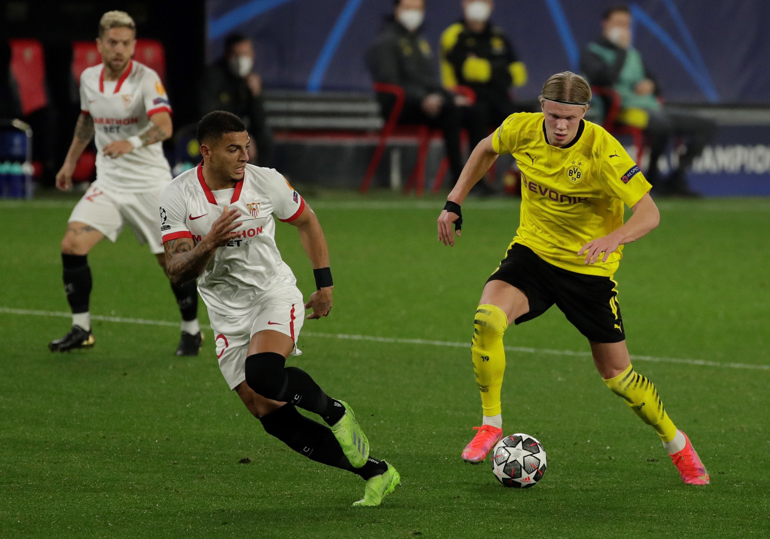 Sevilla defender Diego Carlos (L) vies for the ball with Borussia Dortmund striker Erling Haaland (R) during the first leg of the UEFA Champions League round of 16 match at Sanchez Pzijuan stadium in Seville, southern Spain, Feb. 17, 2021. (EPA Photo)