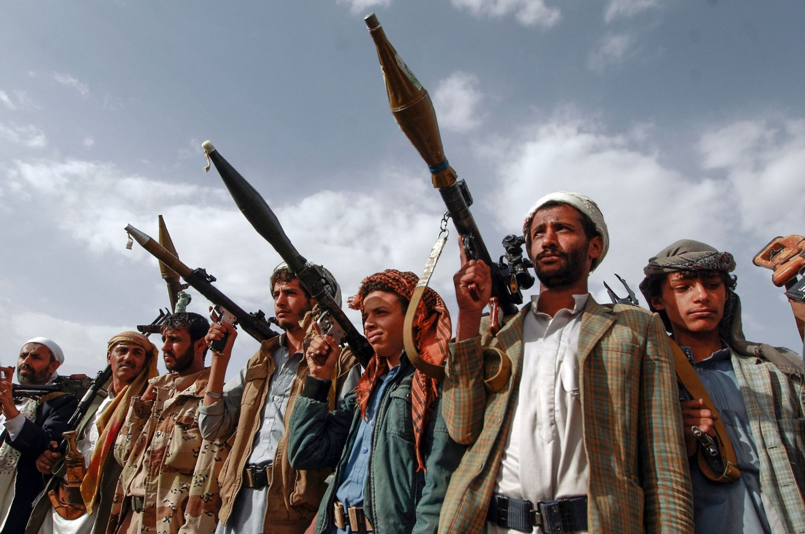 Armed tribesmen, loyal to the Shiite Huthi rebels, brandish their weapons at a gathering in the capital Sanaa to mobilize more fighters to battlefronts to fight pro-government forces in several Yemeni cities, June 20, 2016. (AFP Photo)