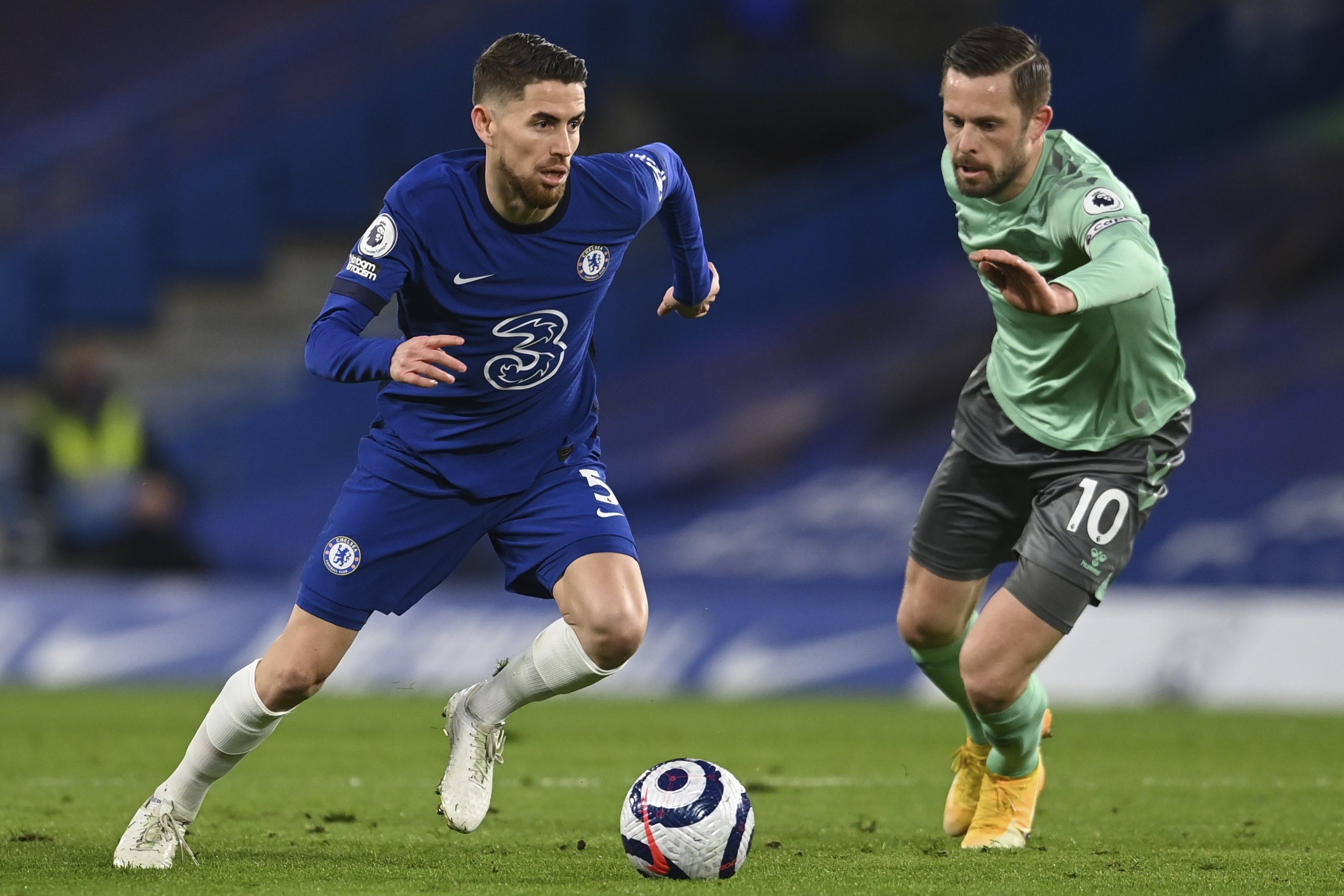 Chelsea's Jorginho (L) is challenged by Everton's Gylfi Sigurdsson during the English Premier League soccer match between Chelsea and Everton at the Stamford Bridge stadium in London, March 8, 2021. (AP Photo)
