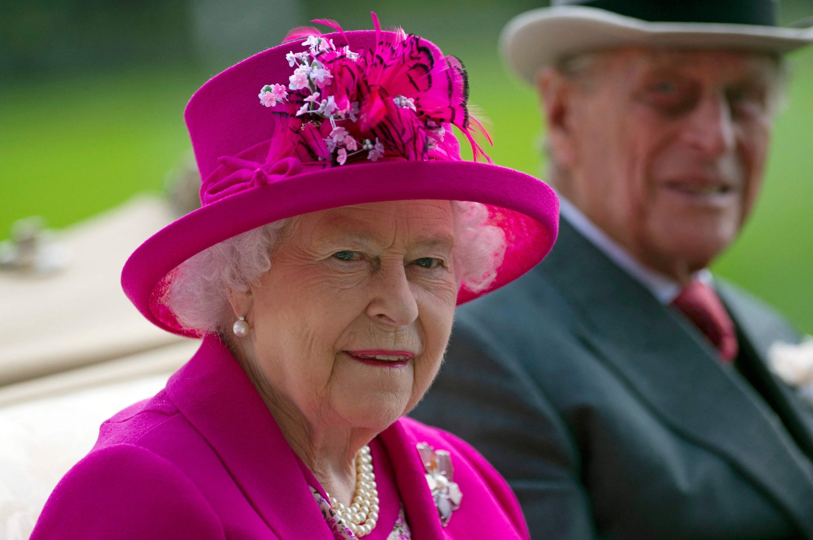 Britain's Queen Elizabeth II (L) and her husband Prince Philip, Duke of Edinburgh, arrive on the fourth day of the annual Royal Ascot horse racing event near Ascot, west of London, U.K., June 20, 2014. (AFP Photo)