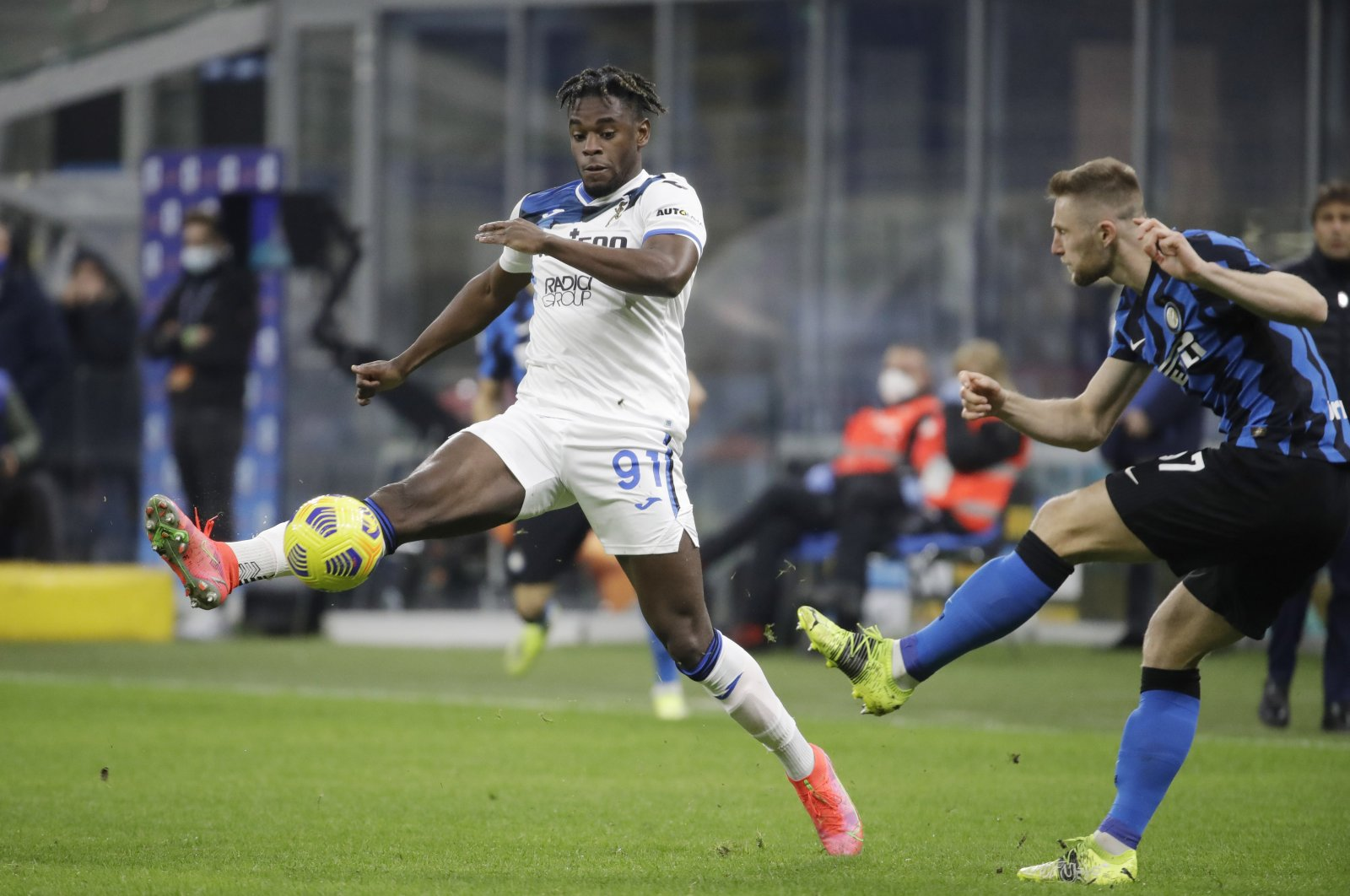Atalanta's Duvan Zapata (L) controls the ball by Inter Milan's Milan Skriniar during a Serie A at the San Siro stadium in Milan, Italy, March 8, 2021. (AP Photo)