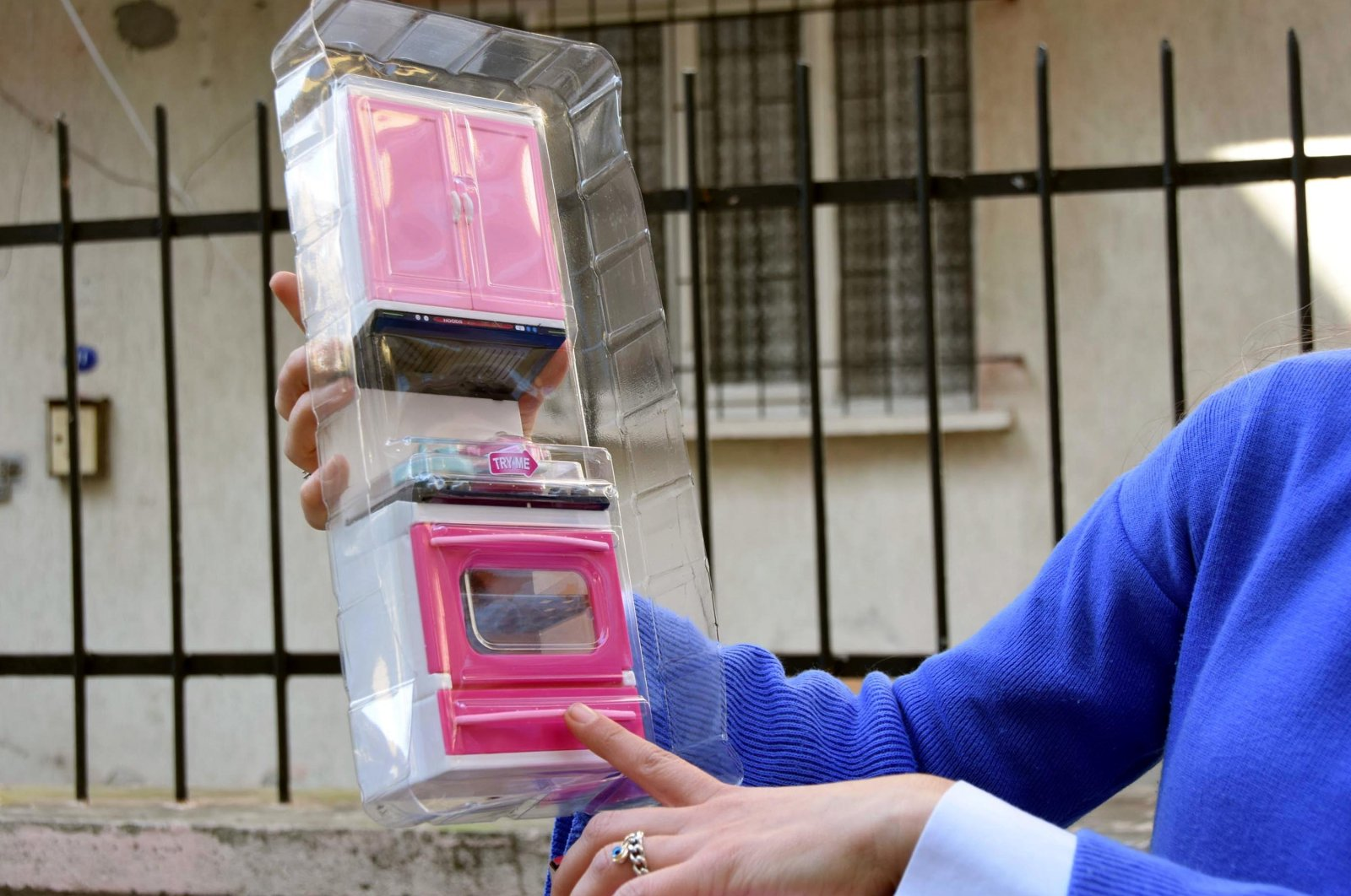 Selin Çamlıtepe displays the toy oven she received to the reporters, in Izmir, Turkey, March 9, 2021. (DHA Photo)