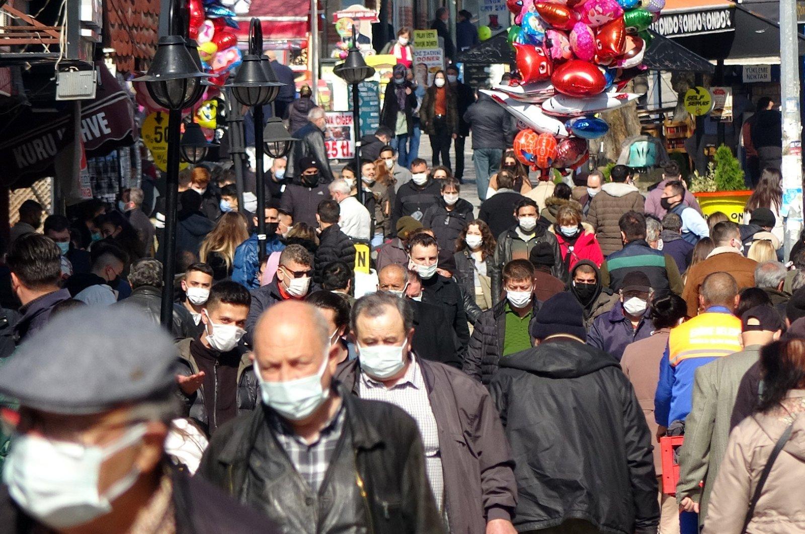 A crowd wearing protective masks walks on a street in Edirne, northwestern Turkey, March 9, 2021. (DHA PHOTO)