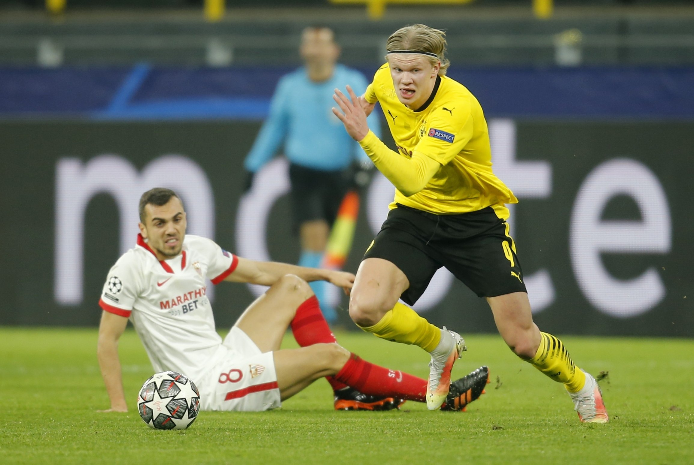 Borussia Dortmund's Erling Braut Haaland (R) goes past Sevilla's Joan Jordán during their UEFA Champions League round of 16, second leg match in Dortmund, Germany, March 9, 2021. (Reuters Photo)