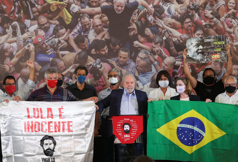 Brazil's former President Luiz Inacio Lula da Silva holds flags flanked by former mayor of Sao Paulo and presidential candidate, Fernando Haddad, during a news conference in Sao Bernardo do Campo near Sao Paulo, Brazil March 10, 2021. (Reuters Photo)