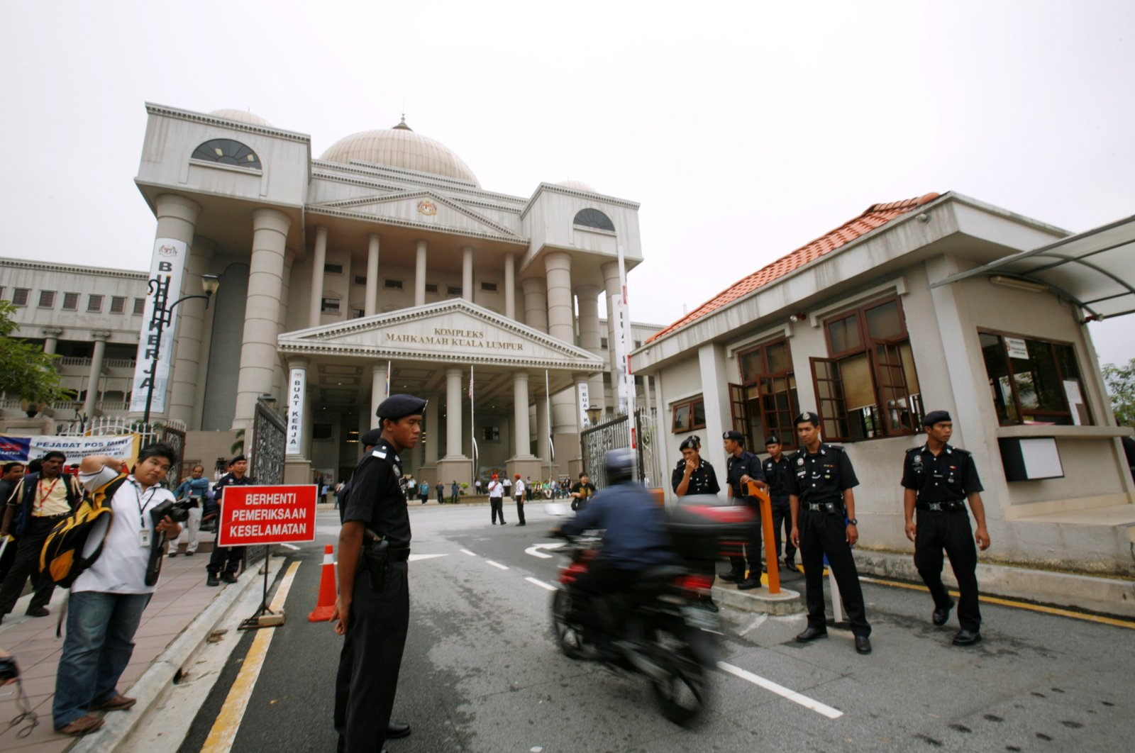 Police monitor traffic at the entrance of Malaysia's High Court before the arrival of Malaysia's opposition leader Anwar Ibrahim in Kuala Lumpur July 8, 2009. (Reuters Photo)