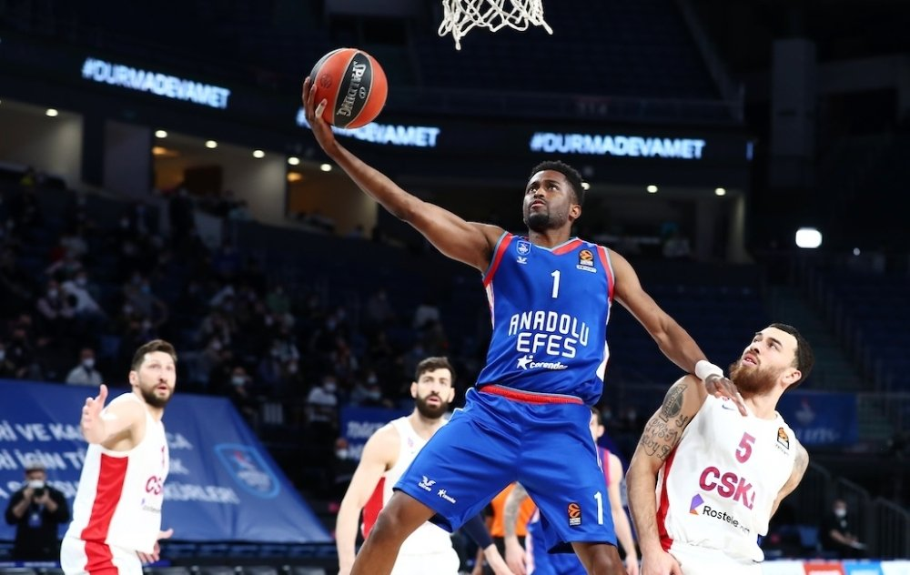 Anadolu Efes guard Rodrigue Beaubois (L) scores past CSKA Moscow guard Mike James in a THY EuroLeague match at Sinan Erdem Sports Complex, Istanbul, Turkey, March 4, 2021. (DHA Photo)