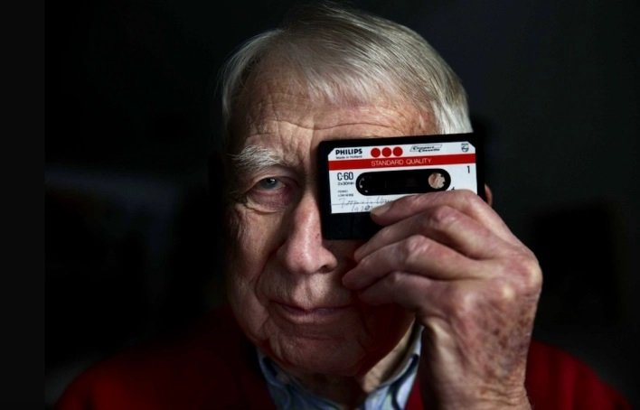 In this file photo, Dutch engineer Lou Ottens poses with cassette tapes in Eindhoven, the Netherlands, 23 January 2013.  (DHA)