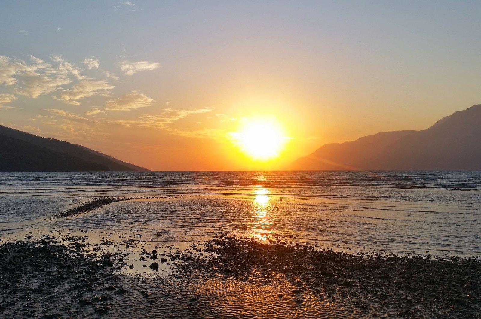 The warm sunset is a sight to behold at Akyaka's kitesurf beach in Muğla, southwestern Turkey. (Shutterstock Photo)