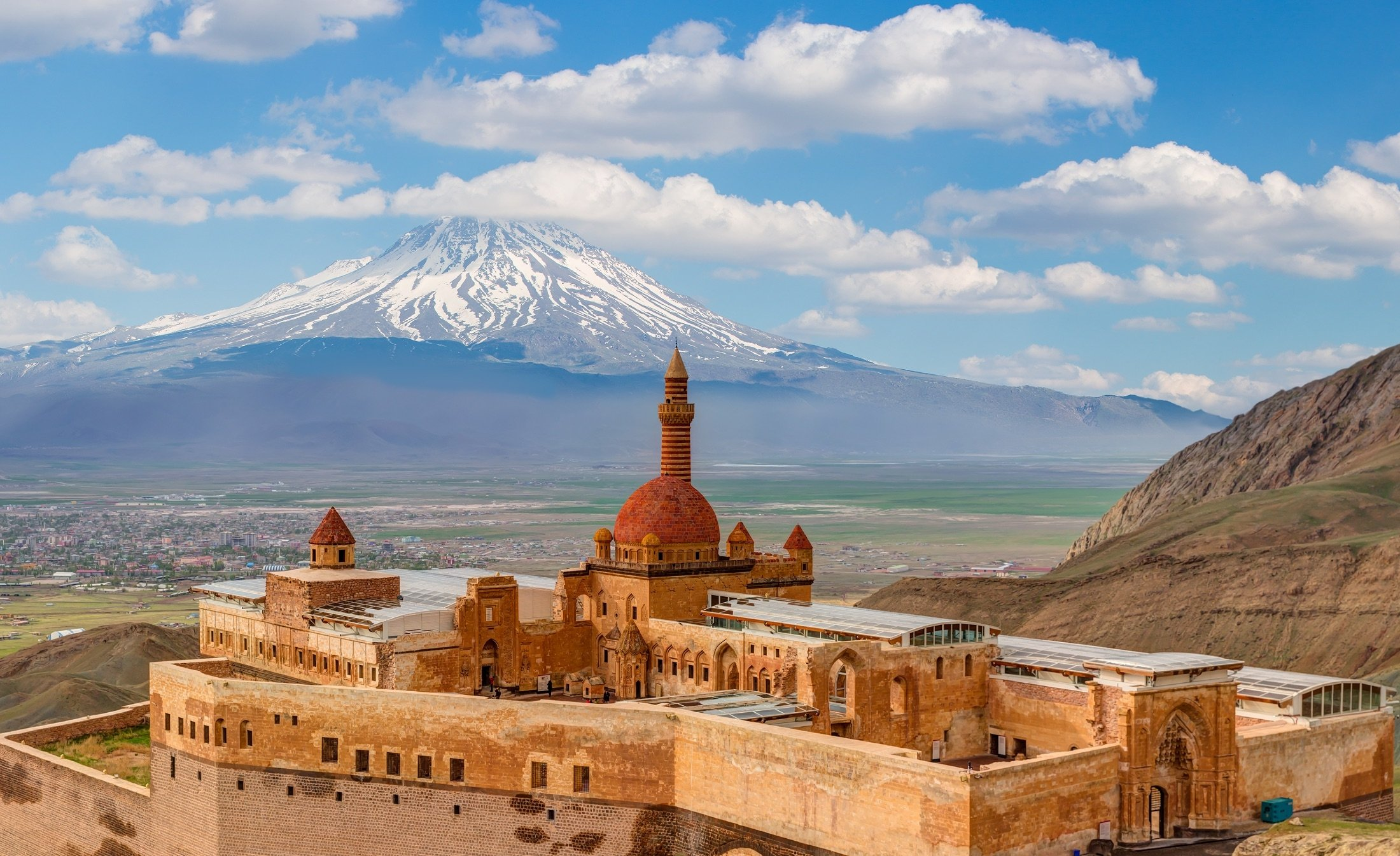 Ishak Pasha palace can be seen with Mount Ararat (Ağrı) in the background, Doğubeyazıt district of Ağrı province, eastern Turkey. (Shutterstock Photo)