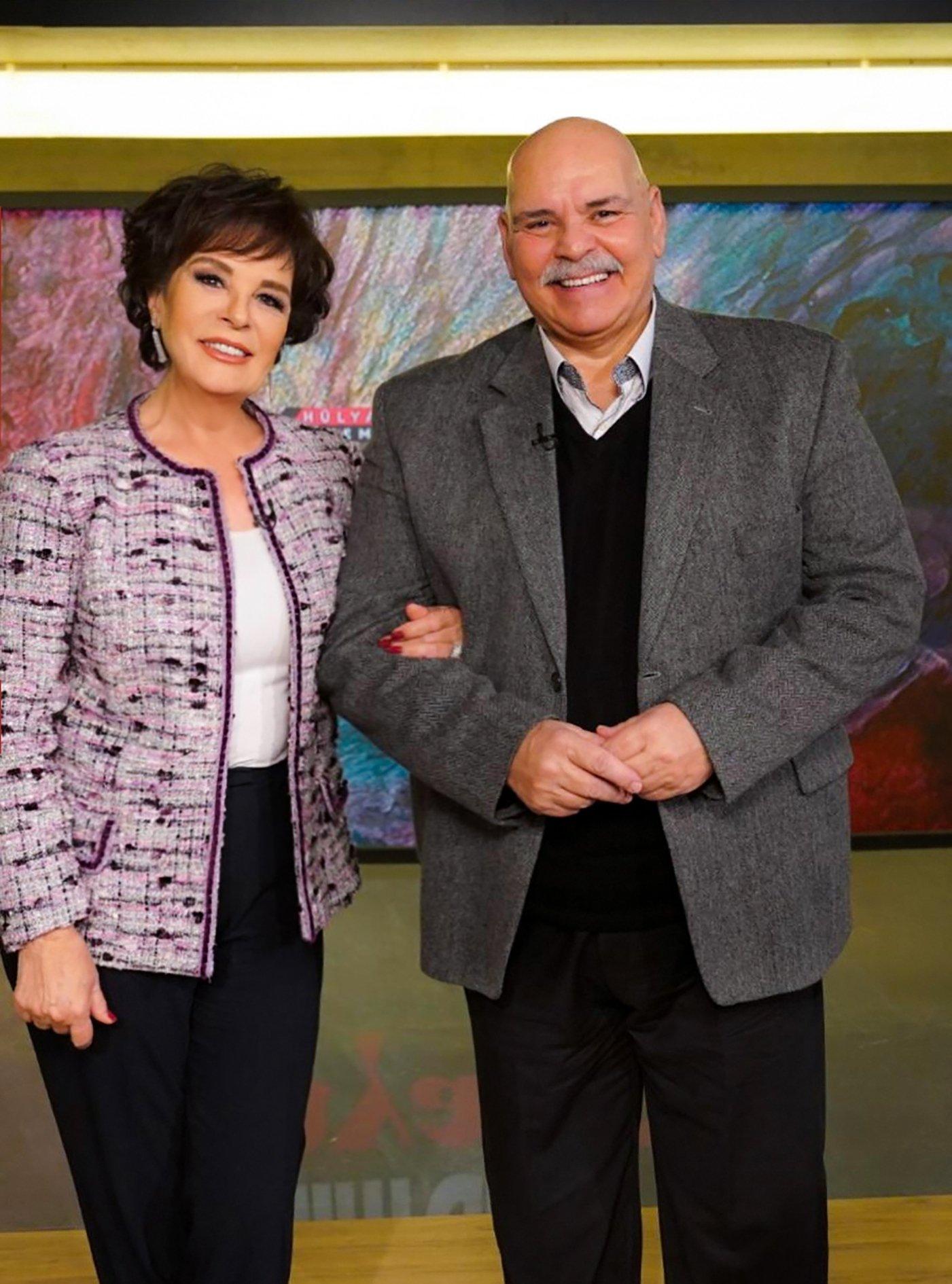 Rasim Öztekin (R) poses with actress Hülya Koçyiğit. (AA Photo)