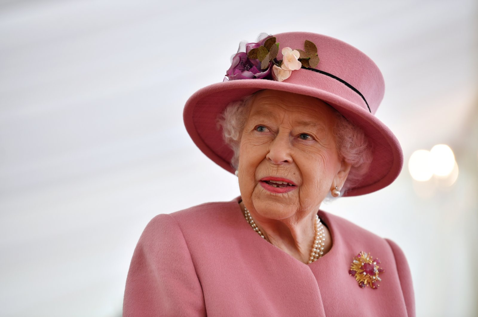 Britain's Queen Elizabeth speaks with staff during a visit to the Defence Science and Technology Laboratory at Porton Science Park near Salisbury, U.K., Oct. 15, 2020. (Reuters Photo)