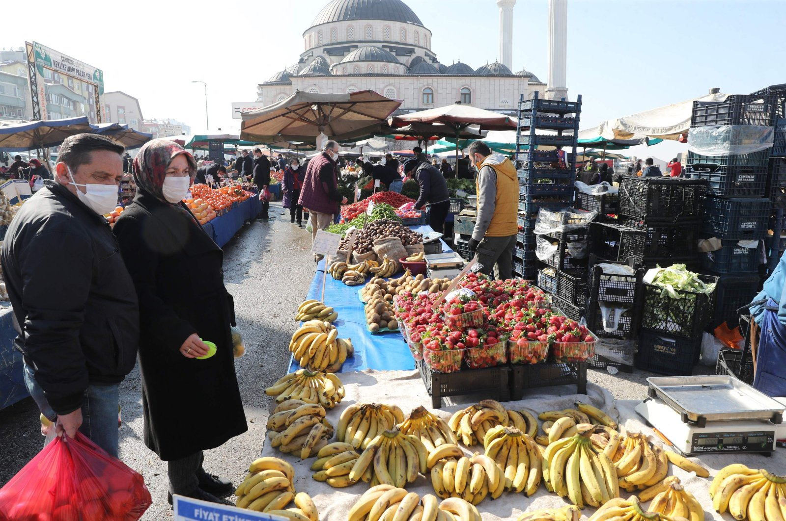 People wearing protective masks shop at a local market amid the COVID-19 outbreak in the capital Ankara, Turkey, Feb. 22, 2021. (AFP Photo)