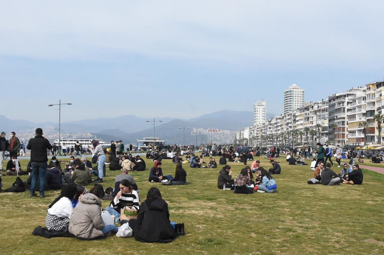 Crowds enjoy a lockdown-free Saturday at the Kordon waterfront area in the Konak district in Izmir, western Turkey, on March 13, 2021. (DHA Photo)