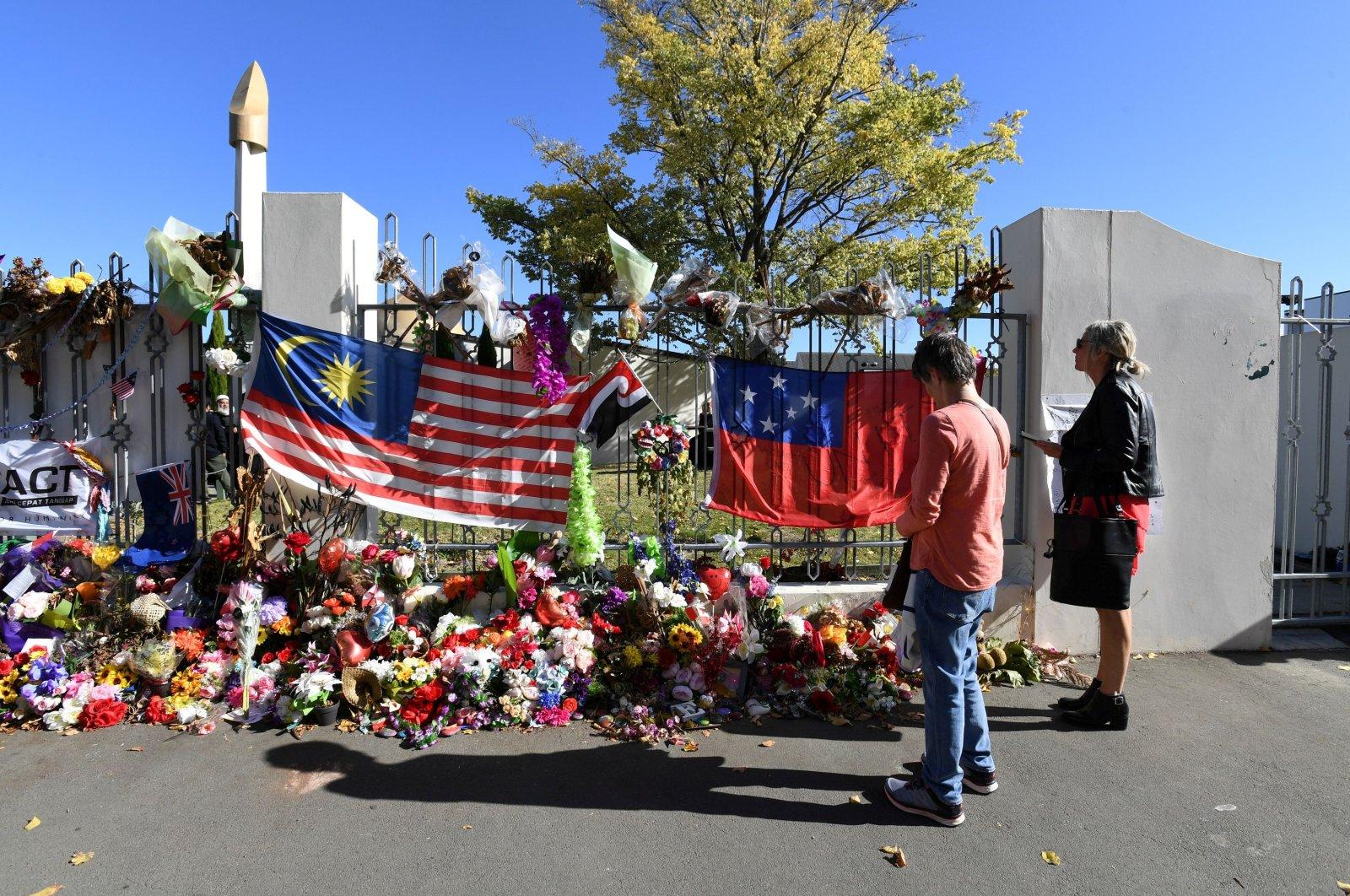 Visitors look at the memorial at Masjid Al Noor mosque in Christchurch, New Zealand, April 26, 2019. (REUTERS Photo)