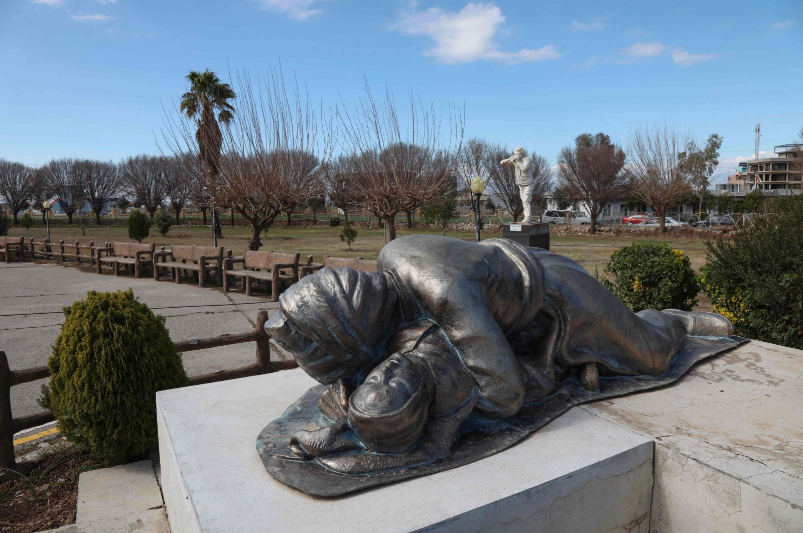 A statue depicting a Kurdish father holding his baby, both killed in the 1988 Halabja Massacre, is part of a memorial monument dedicated to the victims of the attack in the town, Iraq, March 13, 2021. (AFP Photo)