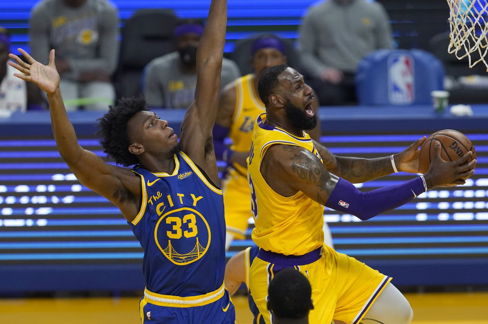 Los Angeles Lakers forward LeBron James (R) shoots against Golden State Warriors center James Wiseman during an NBA game, San Francisco, March 15, 2021. (AP Photo)