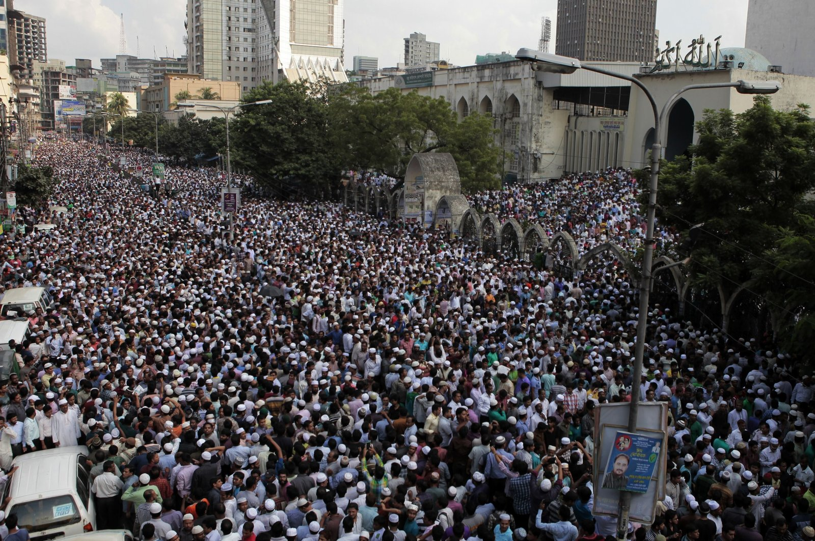 Bangladeshi activists and supporters of the Jamaat-e-Islami party gather outside the national mosque to offer prayers at the funeral of former party leader Ghulam Azam, who died in police custody, Dhaka, Bangladesh, Oct. 25, 2014. (AFP Photo)