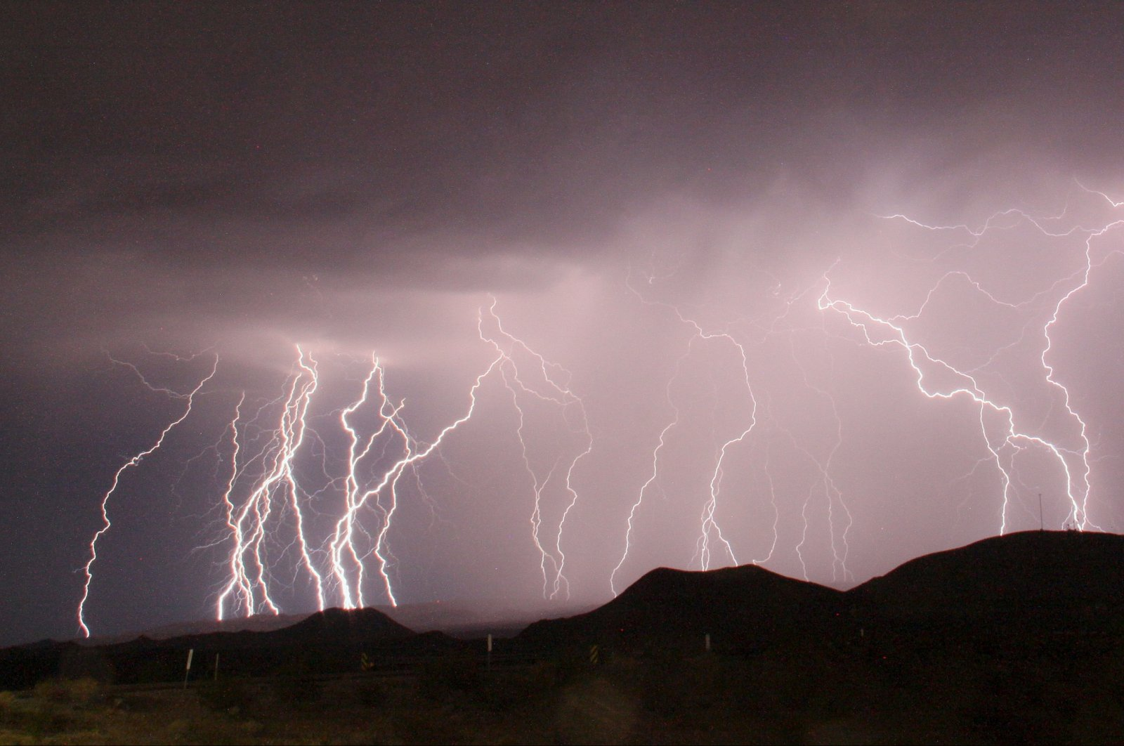 Mass lightning bolts light up night skies from monsoon storms passing over the high deserts, north of Barstow, California, U.S., July 1, 2015. (Reuters Photo)