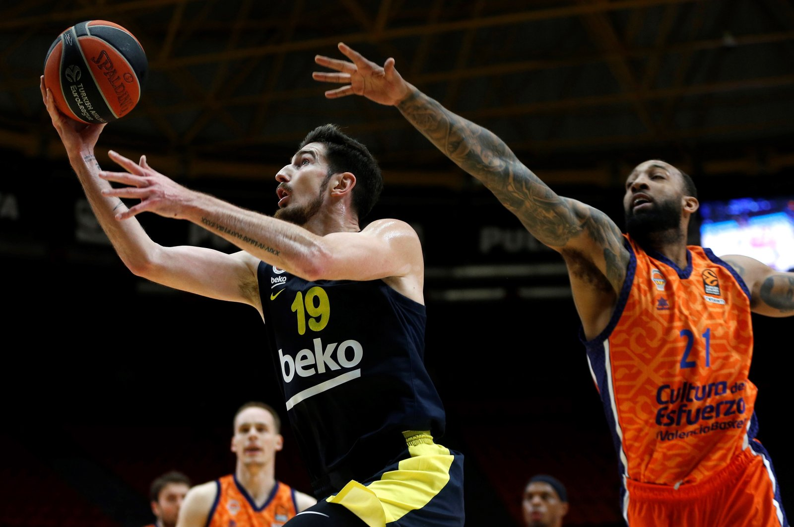 Valencia Basket's Derrick Williams (R) in action against Fenerbahçe's Nando De Colo during a EuroLeague basketball match at Fuente San Luis, Valencia, Spain, March 12, 2021. (EPA Photo).