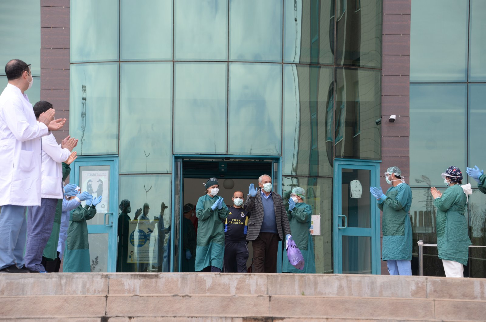 Staff applaud as a COVID-19 patient leaves hospital after recovery, in Diyarbakır, southeastern Turkey, March 17, 2021. (DHA PHOTO)