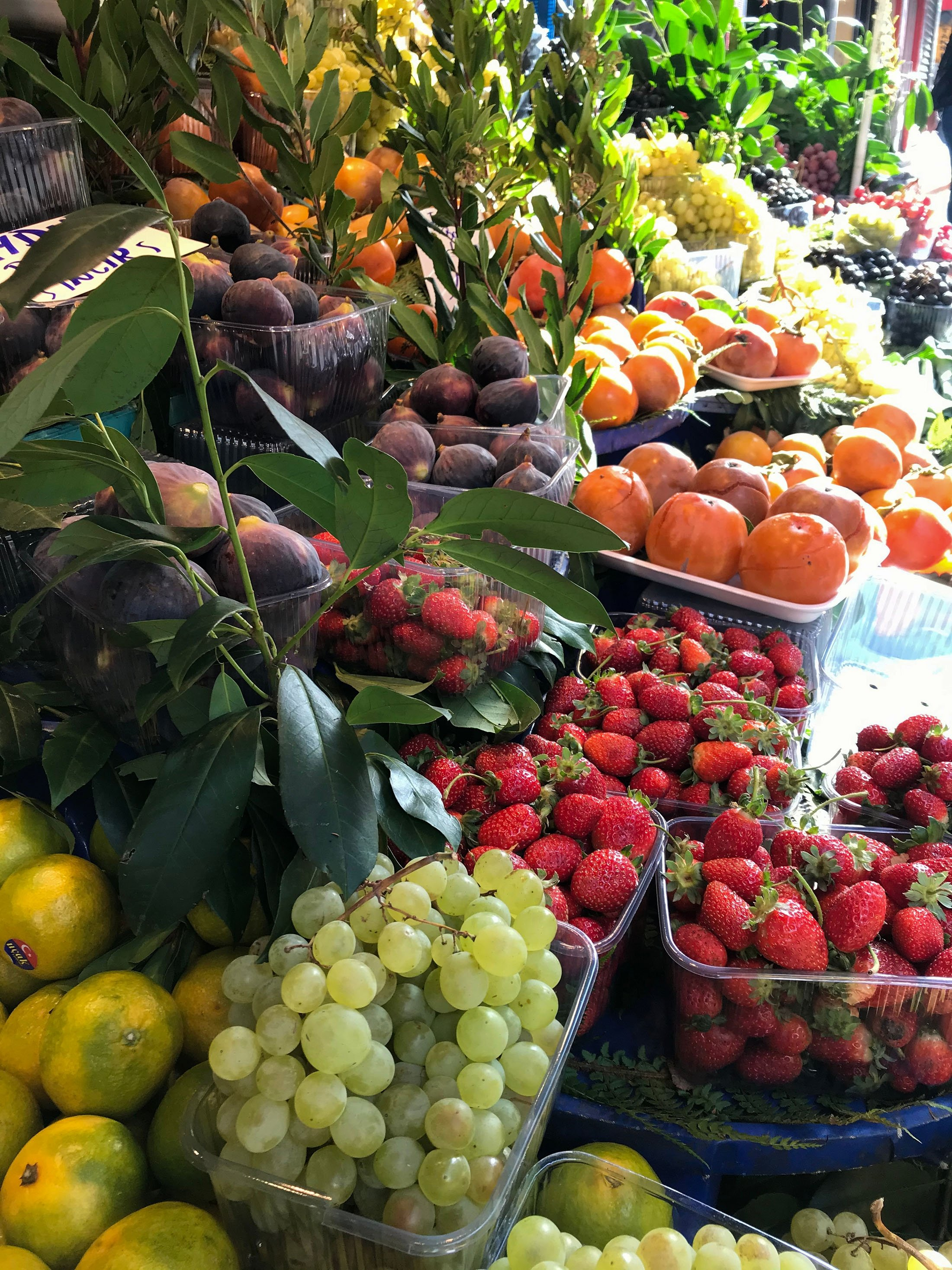 The Şişli ecological bazaar has stands full of rainbow-colored fruits. (Shutterstock Photo)