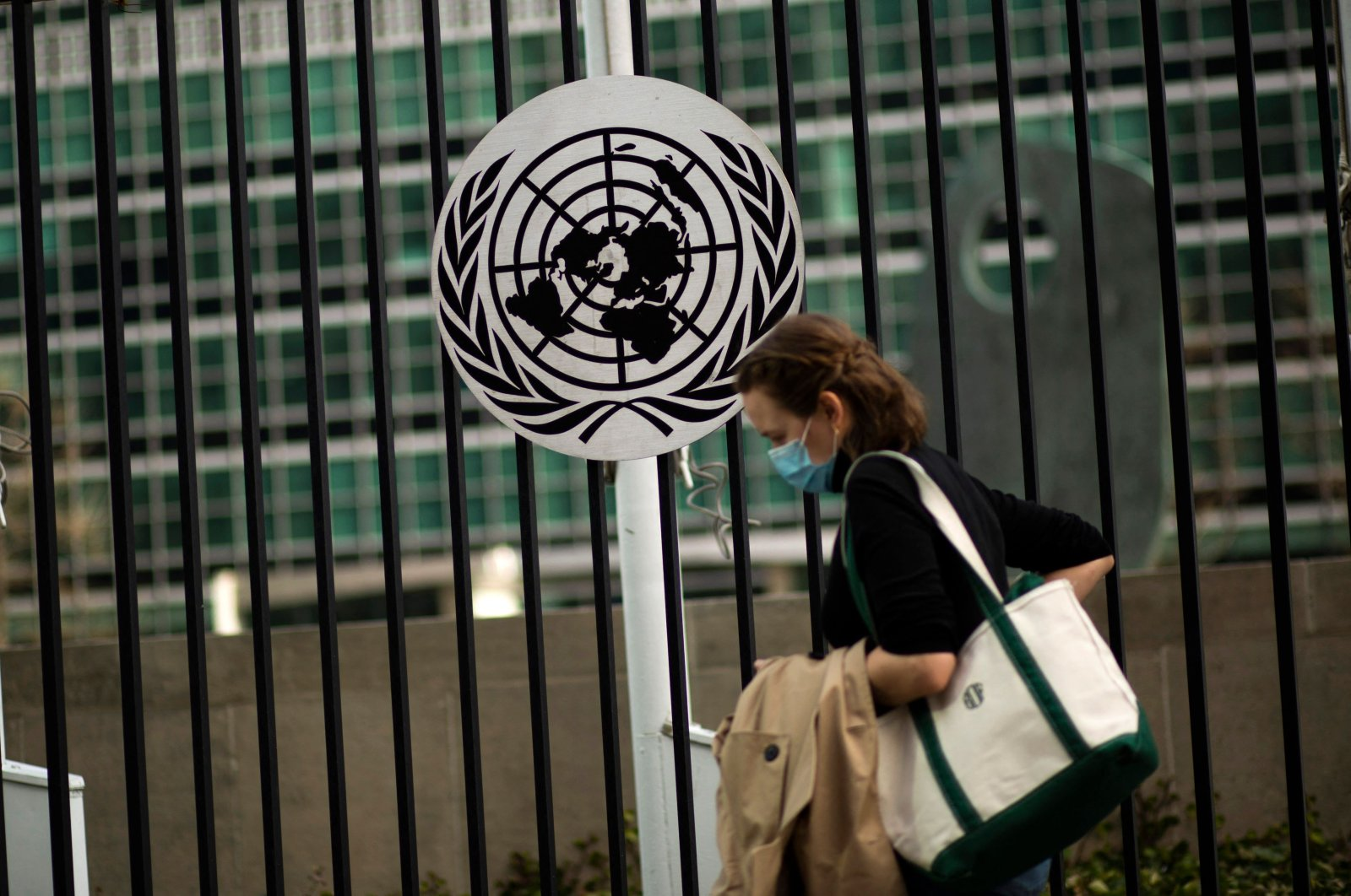 A woman wearing a facemask runs past the United Nations headquarters in New York, U.S., March 11, 2021. (AFP Photo)