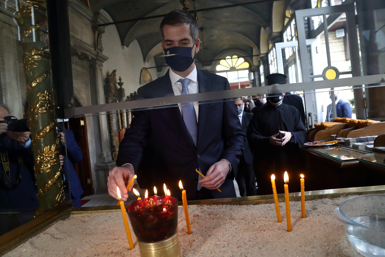 Ο Δήμαρχος Αθηνών Κώστας Μπακογιάννης ανάβει κεριά καθώς επισκέπτεται την Πατριαρχική Εκκλησία του Αγίου Γεωργίου στο Ελληνορθόδοξο Πατριαρχείο στην Κωνσταντινούπολη, Τουρκία στις 19 Μαρτίου 2021 (Φωτογραφία Reuters)
