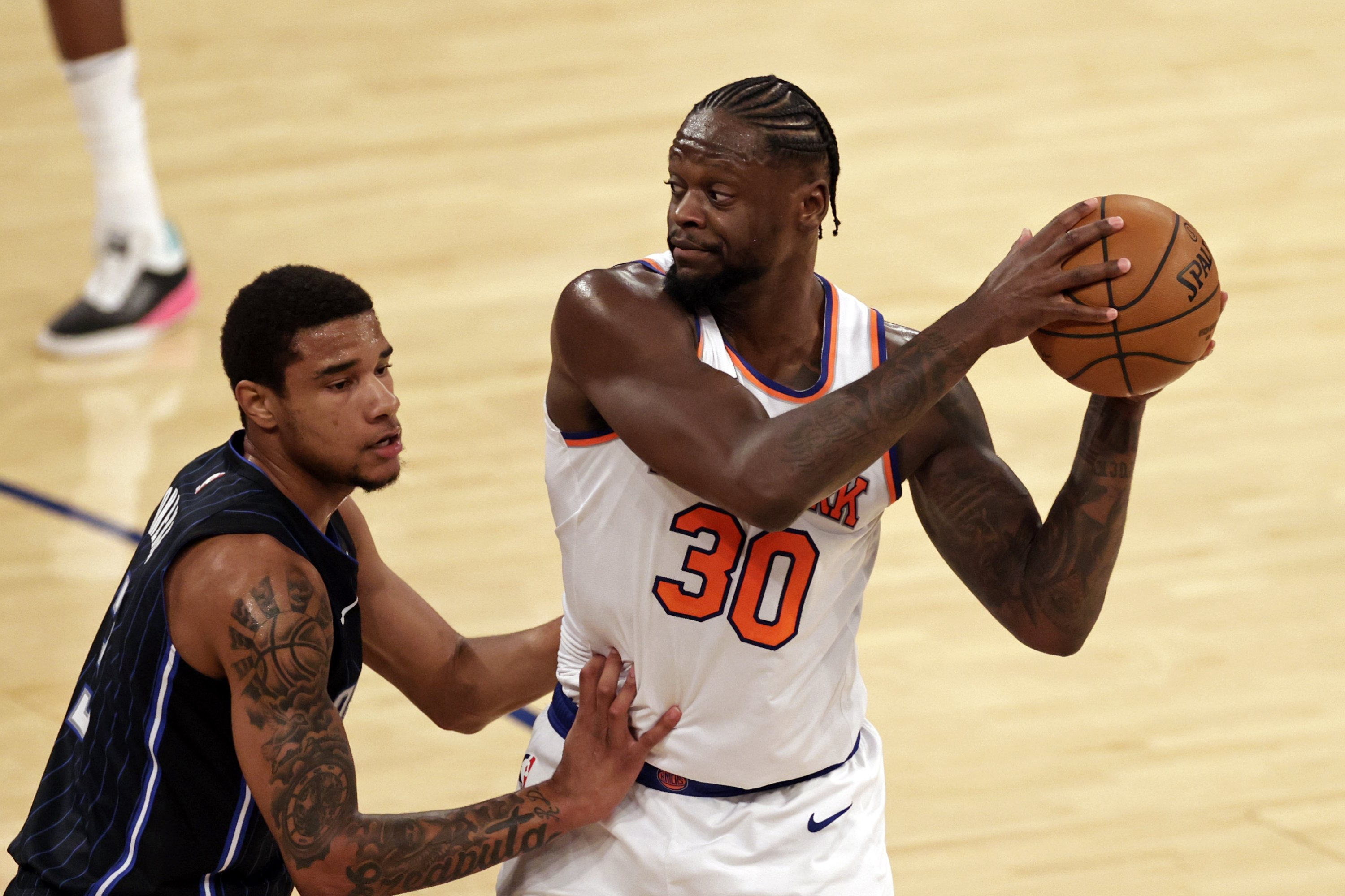 New York Knicks forward Julius Randle (R) looks to pass against the Orlando Magic during an NBA basketball game, in New York, U.S., March 18, 2021. (Reuters Photo)