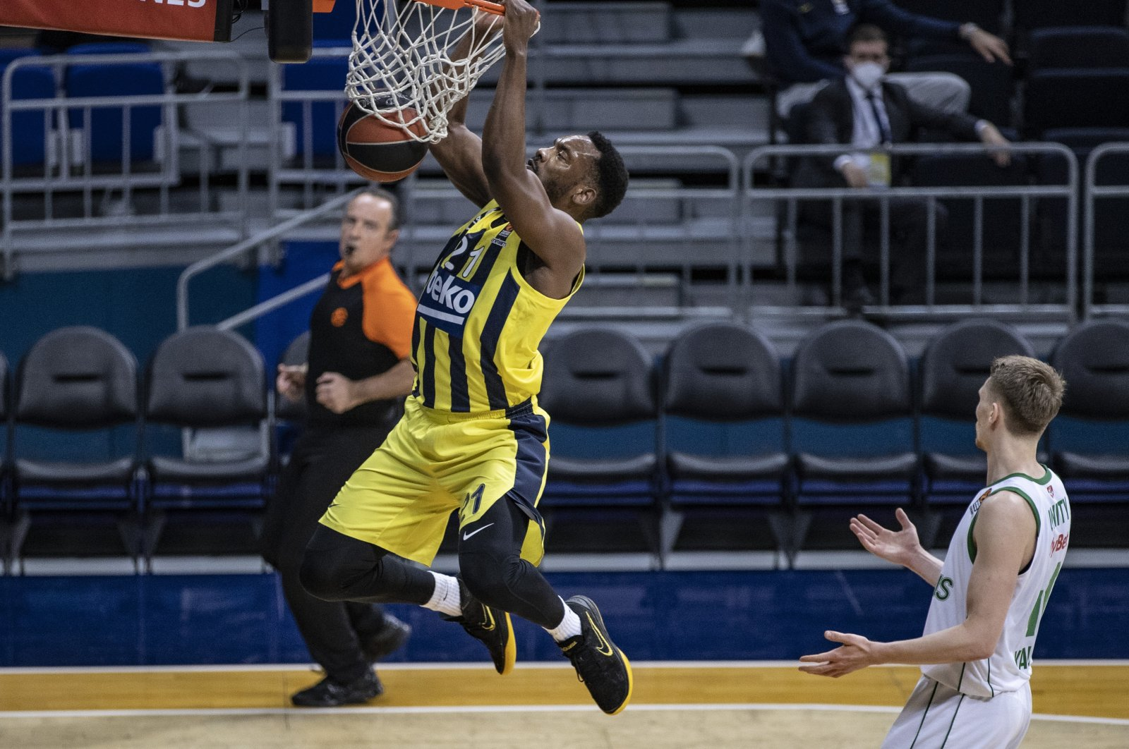 Fenerbahçe's Dyshawn Pierre (L) in action against Joffrey Lauvergne (R) of Zalgiris during a Turkish Airlines Euroleague match at Ülker Sports Complex, Istanbul, Turkey, March 18, 2021. (AA Photo)