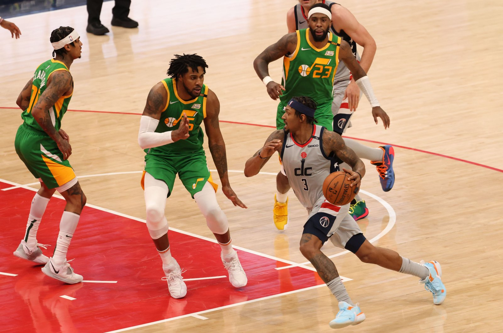 Washington Wizards guard Bradley Beal (R) drives to the basket as Utah Jazz forward Derrick Favors (L) defends in an NBA game at Capital One Arena, Washington, D.C., U.S., Mar 18, 2021. (Reuters Photo)