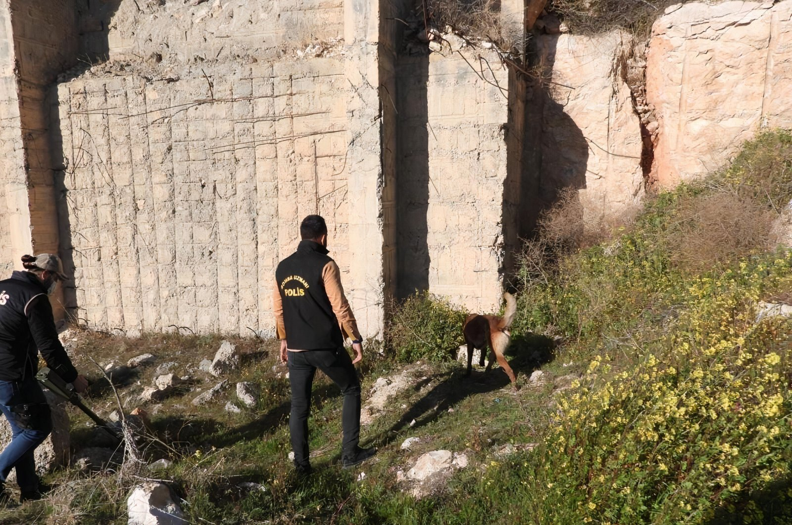 A team from the Şanlıurfa police station work near where almost 10 kilograms of explosives planted were found in stone pits close to the Şanlıurfa-Adıyaman highway, March 12, 2021 (IHA Photo)