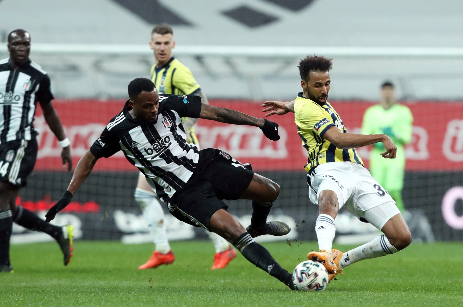Beşiktaş' Cyle Larin (L) in action against Fenerbahçe's Nazim Sangare (R) during a Turkish Super League match between in Istanbul, Turkey, March 21, 2021. (EPA Photo)