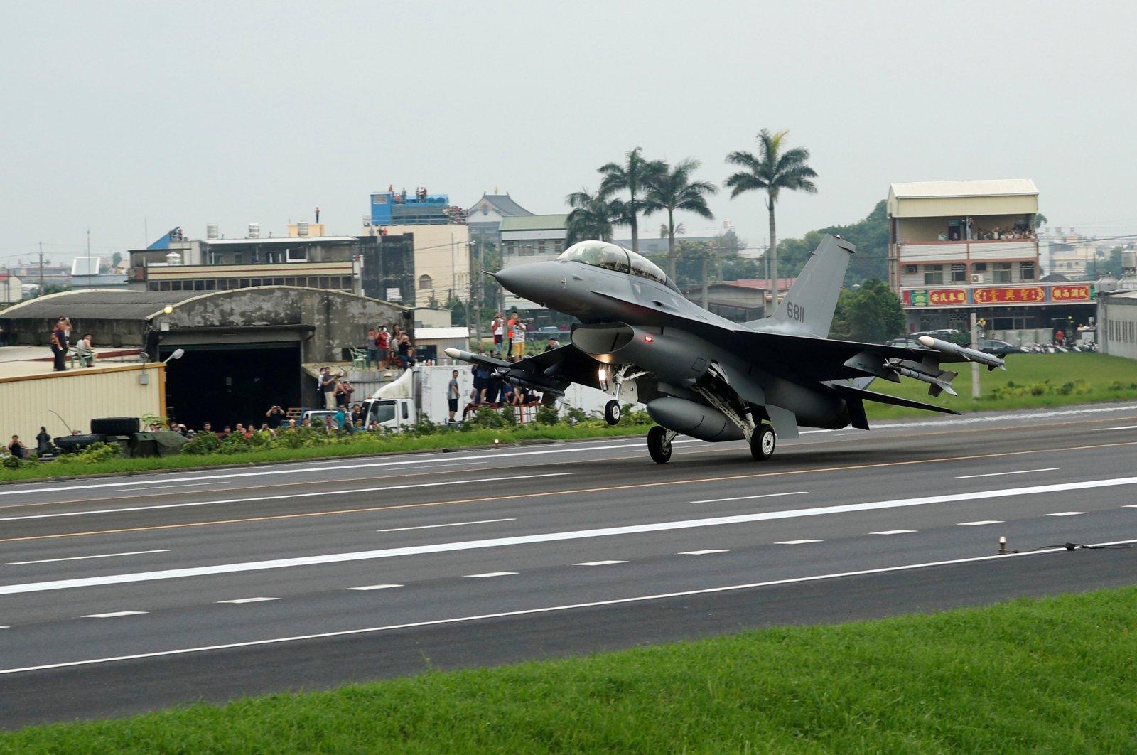 A ROCAF F16V fighter jet lands on a highway used as an emergency runway during the Han Kuang military exercise simulating China's People's Liberation Army (PLA) invading the island, Changhua, Taiwan May 28, 2019. (Reuters Photo)