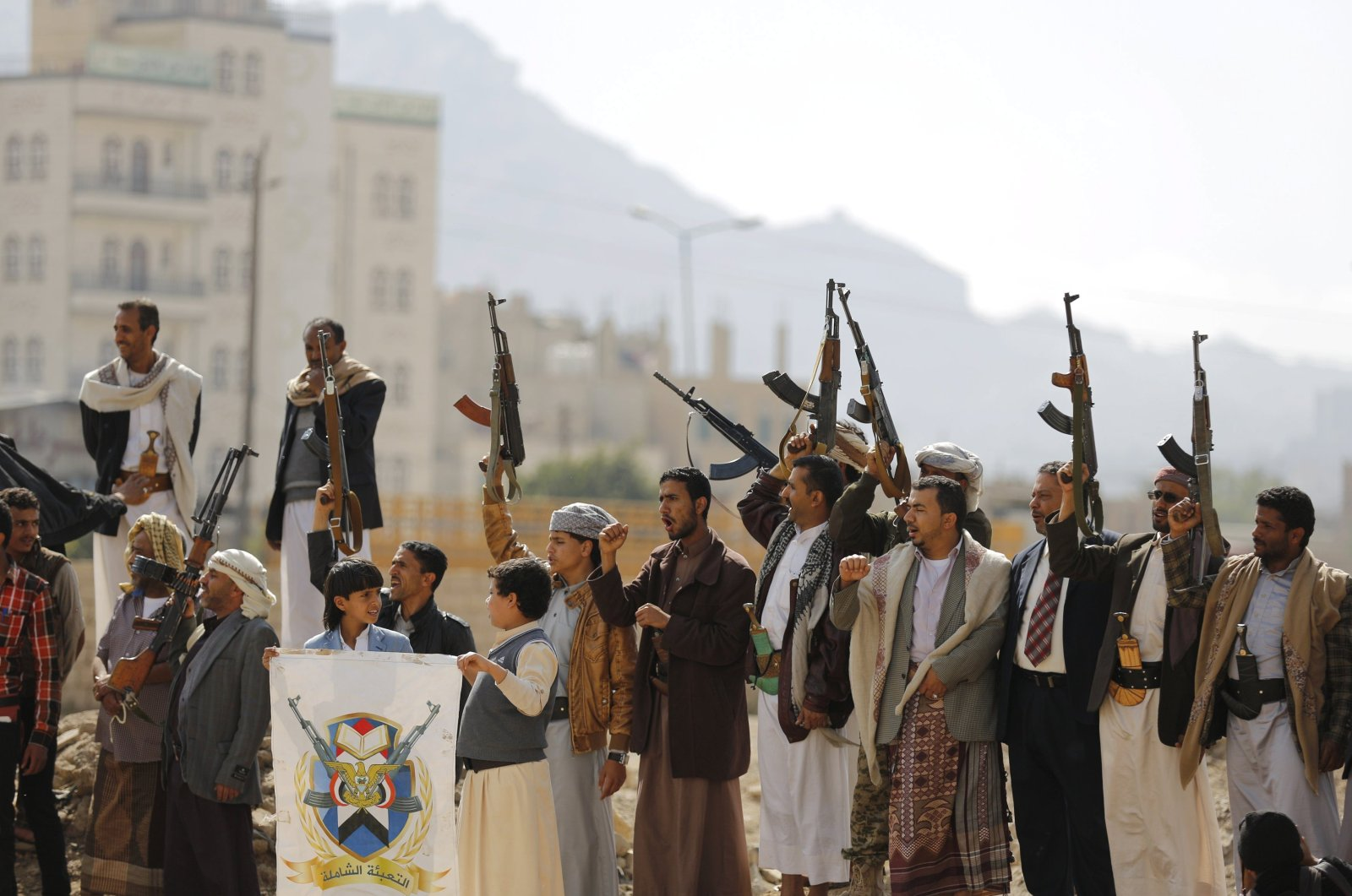 Tribesmen loyal to the Houthi movement shout slogans and raise their weapons during a gathering to show their support for the group, in Sanaa, Yemen, Dec. 15, 2015. (Reuters)
